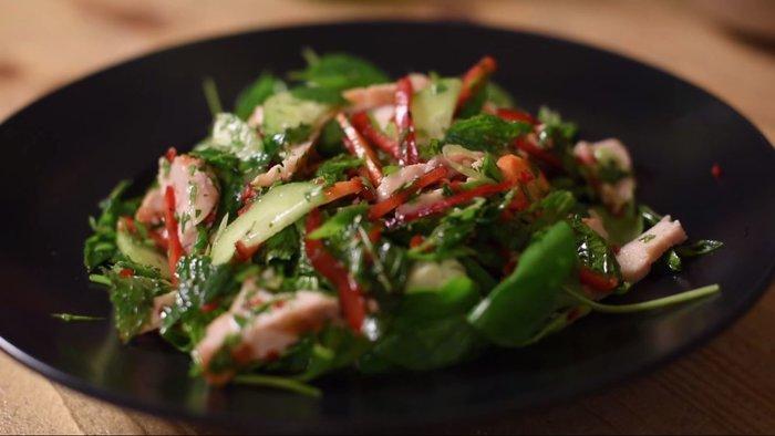 Άρωμα Ταϊλάνδης στο TheTOC: Ο Χρ. Πέσκιας μαγειρεύει Thai Chicken Salad - εικόνα 3