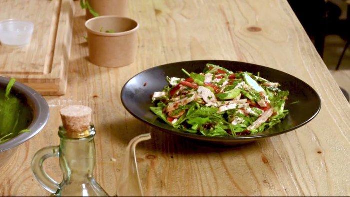 Άρωμα Ταϊλάνδης στο TheTOC: Ο Χρ. Πέσκιας μαγειρεύει Thai Chicken Salad