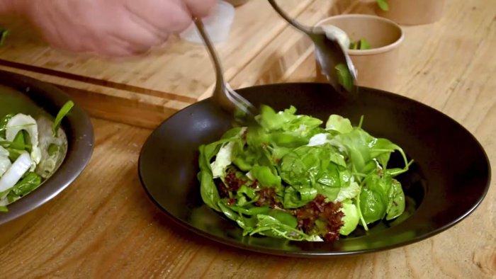 Άρωμα Ταϊλάνδης στο TheTOC: Ο Χρ. Πέσκιας μαγειρεύει Thai Chicken Salad - εικόνα 4