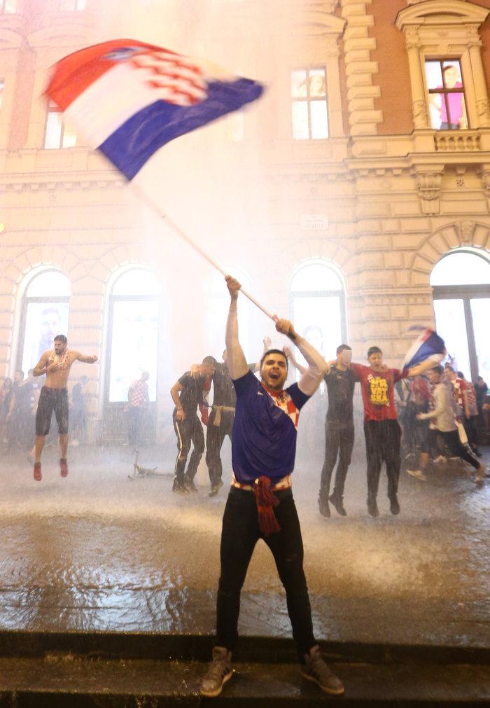 «Κάηκε» το Ζάγκρεμπ μετά την ιστορική πρόκριση της Κροατίας - εικόνα 2