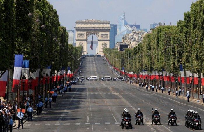 Παρέλαση με μεγαλοπρέπεια και... απρόοπτα στο Παρίσι για τη 14η Ιουλίου - εικόνα 3