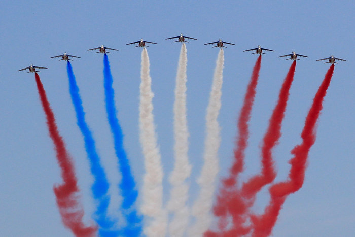 Παρέλαση με μεγαλοπρέπεια και... απρόοπτα στο Παρίσι για τη 14η Ιουλίου