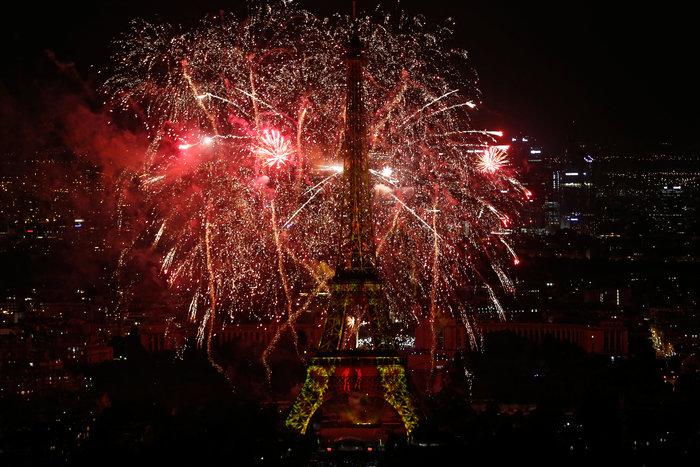Υπερθέαμα πυροτεχνημάτων στο Παρίσι