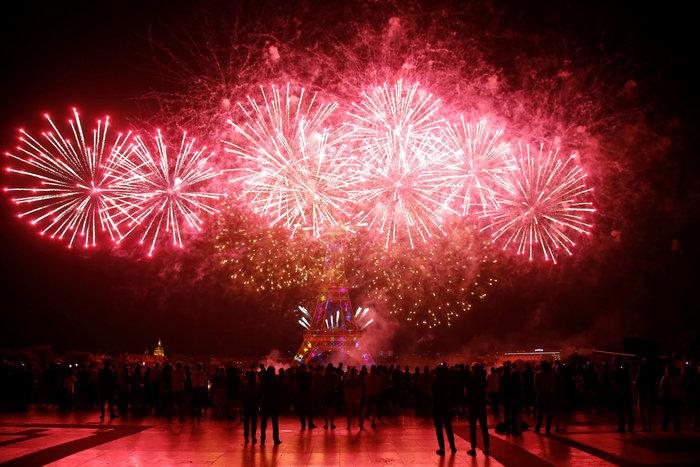 Υπερθέαμα πυροτεχνημάτων στο Παρίσι - εικόνα 2