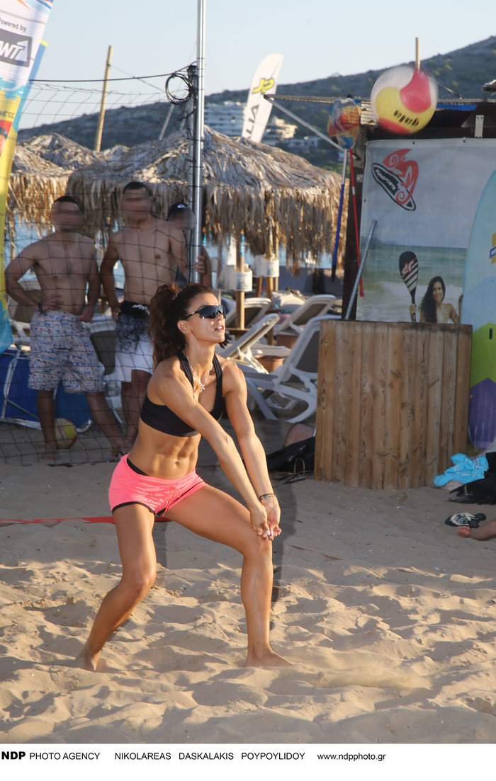 Ειρήνη Παπαδοπούλου: Αθλείται στην παραλία και δείχνει τους κοιλιακούς της