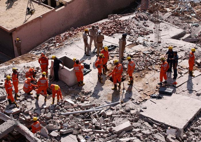 Ινδία: Εξαώροφη πολυκατοικία κατέρρευσε κοντά στο Δελχί
