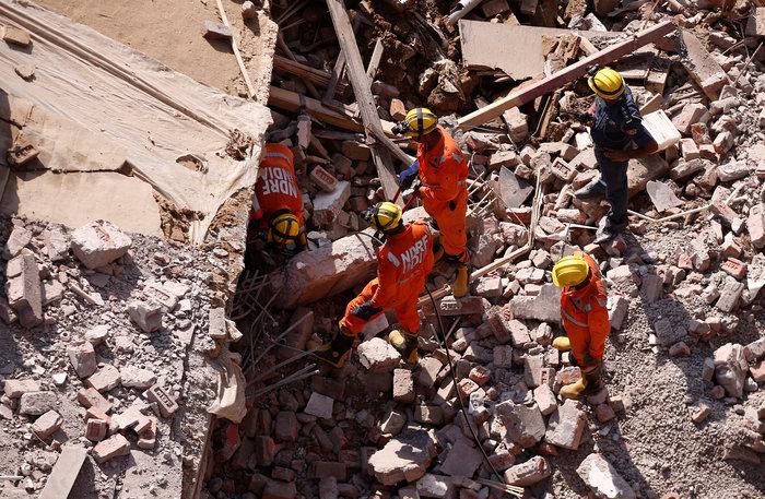 Ινδία: Εξαώροφη πολυκατοικία κατέρρευσε κοντά στο Δελχί - εικόνα 2