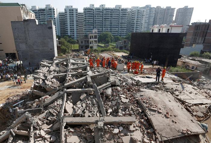 Ινδία: Εξαώροφη πολυκατοικία κατέρρευσε κοντά στο Δελχί - εικόνα 3