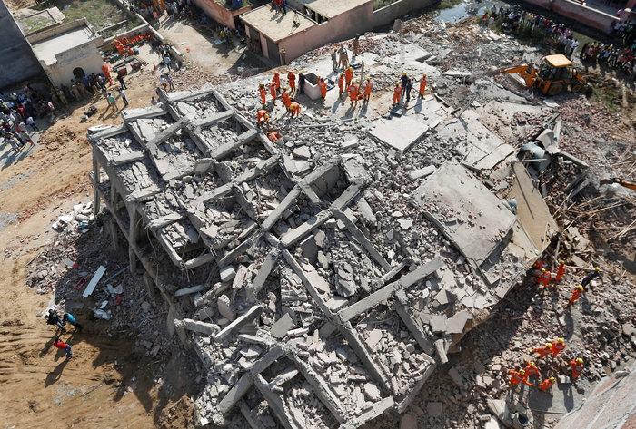 Ινδία: Εξαώροφη πολυκατοικία κατέρρευσε κοντά στο Δελχί - εικόνα 4