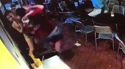 Σερβιτόρα «ξάπλωσε» πελάτη που την άγγιξε στους γλουτούς (βίντεο)
