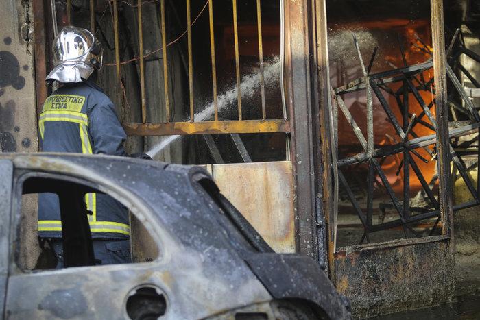 Υπό μερικό έλεγχο η πυρκαγιά στη βιοτεχνία με κεριά - εικόνα 4