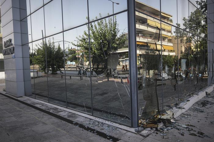 Εικόνες καταστροφής στη ΔΟΥ Ψυχικού μετά την επίθεση «Ρουβίκωνα» - εικόνα 2