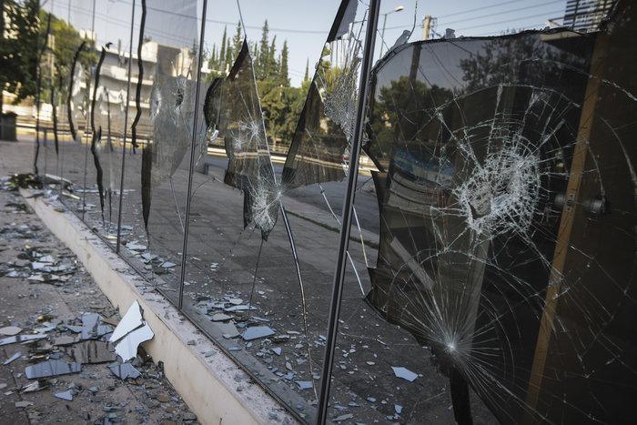 Εικόνες καταστροφής στη ΔΟΥ Ψυχικού μετά την επίθεση «Ρουβίκωνα» - εικόνα 3