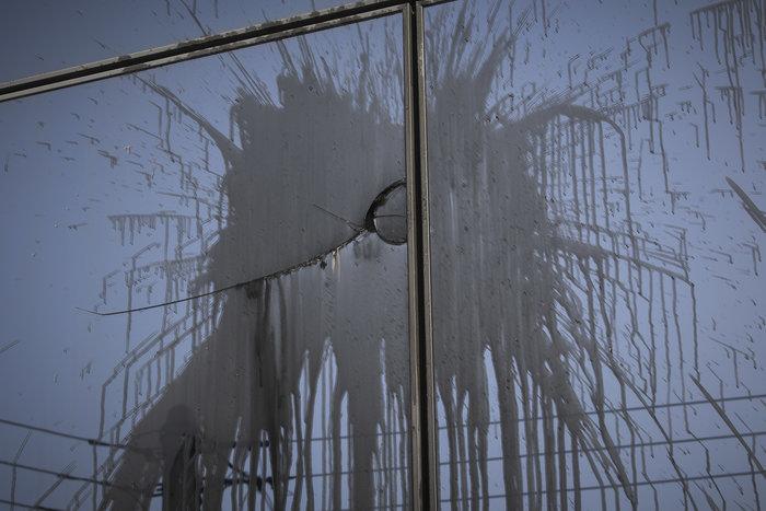 Εικόνες καταστροφής στη ΔΟΥ Ψυχικού μετά την επίθεση «Ρουβίκωνα» - εικόνα 4