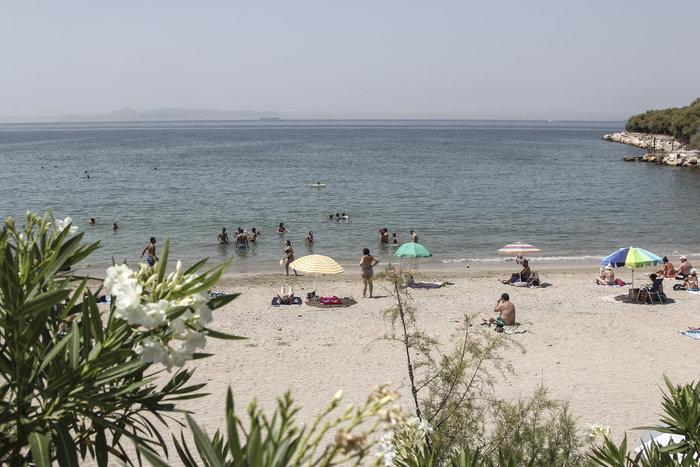 Άδεια η Αθήνα, το αδιαχώρητο στις παραλίες για λίγη δροσιά - εικόνα 2