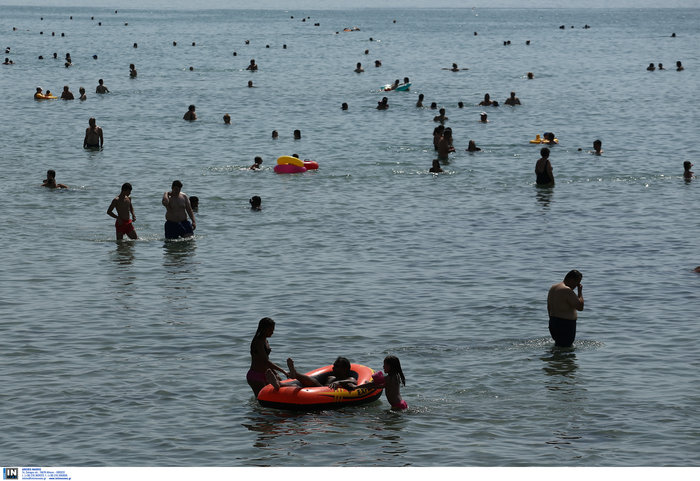 Άδεια η Αθήνα, το αδιαχώρητο στις παραλίες για λίγη δροσιά - εικόνα 3