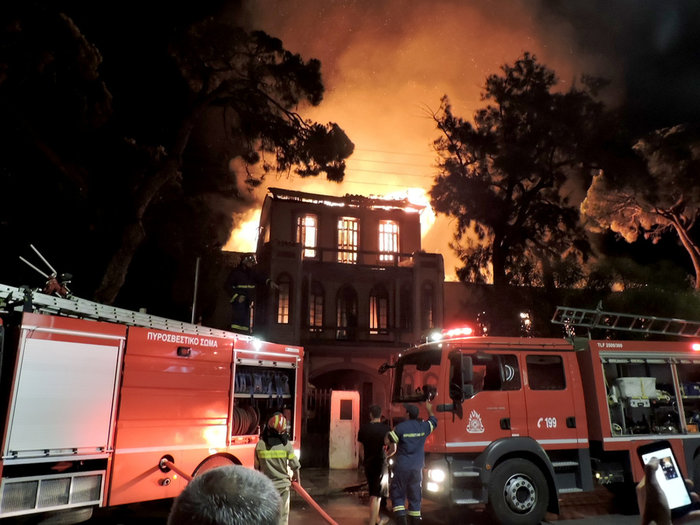 Κάηκε ολοσχερώς το κτίριο του Πολεμικού Μουσείου Χανίων - εικόνα 2