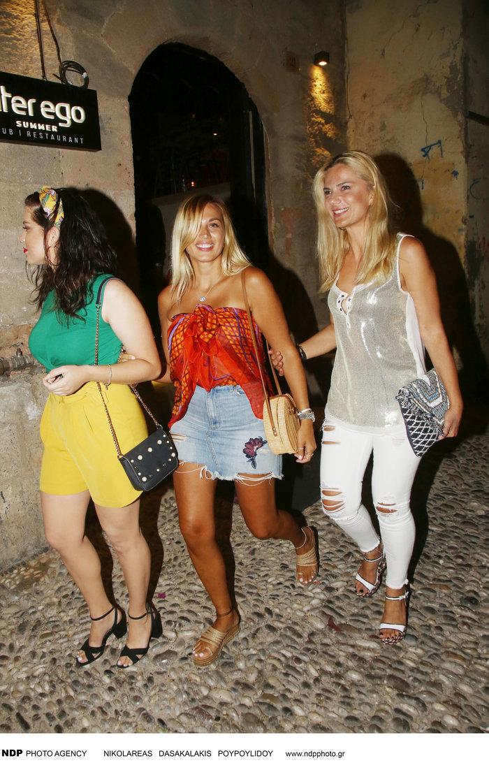 Their Style Rocks:Η Σπυροπούλου με την αδερφή της σε βραδινή έξοδο στη Ρόδο - εικόνα 3