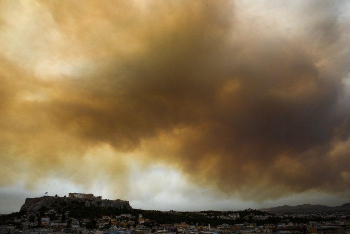 Οι καπνοί από την Κινέτα σκέπασαν την Ακρόπολη και το Σύνταγμα (φωτό)