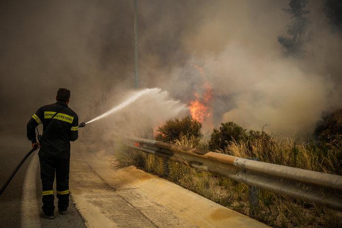 Στο έλεος της πύρινης λαίλαπας η Κινέτα - Κάηκαν σπίτια