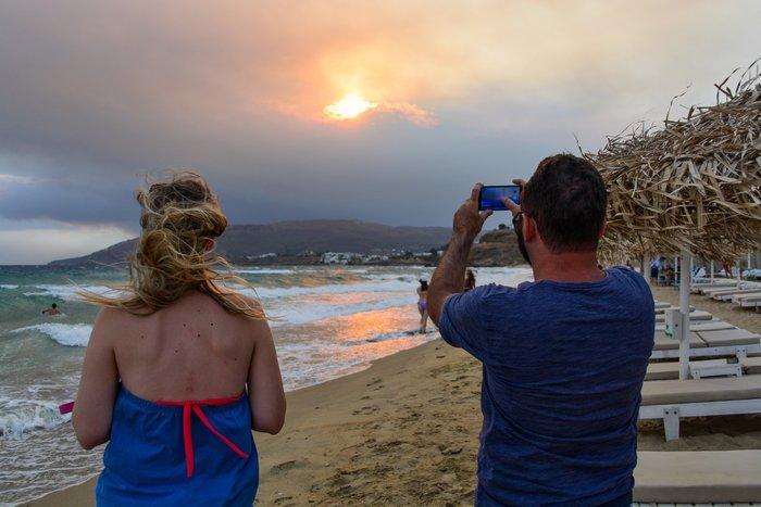 Απίστευτες εικόνες: Ορατή από Άνδρο η φωτιά στην Αττική -φωτό - εικόνα 2
