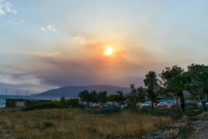 Απίστευτες εικόνες: Ορατή από Άνδρο η φωτιά στην Αττική -φωτό