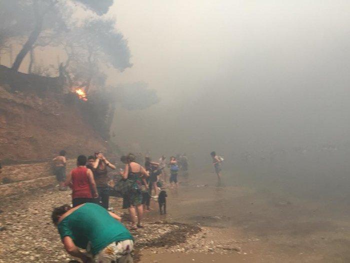 Σκηνές αποκάλυψης στις παραλίες της Ραφήνας με τη φωτιά