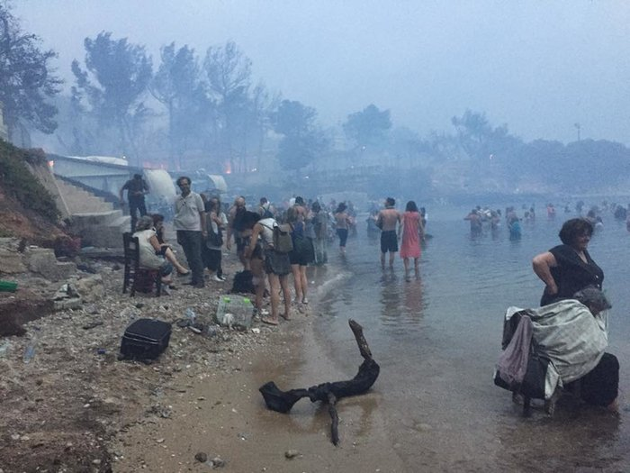 Σκηνές αποκάλυψης στις παραλίες της Ραφήνας με τη φωτιά - εικόνα 2