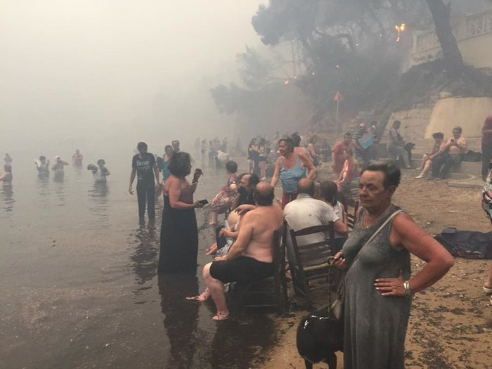 Σκηνές αποκάλυψης στις παραλίες της Ραφήνας με τη φωτιά - εικόνα 6