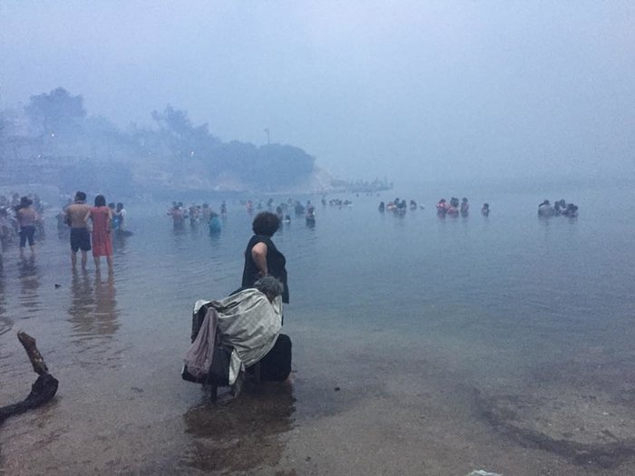 Σκηνές αποκάλυψης στις παραλίες της Ραφήνας με τη φωτιά - εικόνα 8
