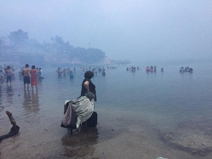 Σκηνές αποκάλυψης στις παραλίες της Ραφήνας με τη φωτιά - εικόνα 9