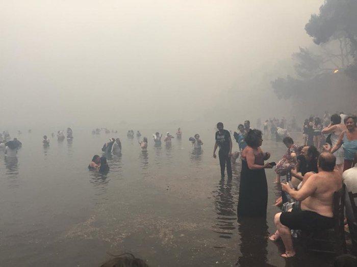Σκηνές αποκάλυψης στις παραλίες της Ραφήνας με τη φωτιά - εικόνα 15