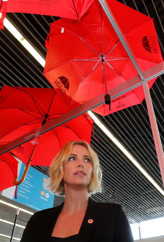 Σαρλίζ Θερόν: Τα δάκρυα της πανέμορφης ηθοποιού ενώ μιλούσε για το AIDS - εικόνα 6
