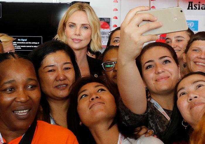 Σαρλίζ Θερόν: Τα δάκρυα της πανέμορφης ηθοποιού ενώ μιλούσε για το AIDS - εικόνα 10