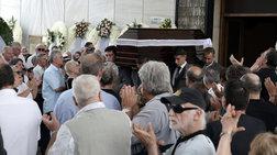 """Πλήθος κόσμου στο """"τελευταίο αντίο"""" στον Μάνο Ελευθερίου"""