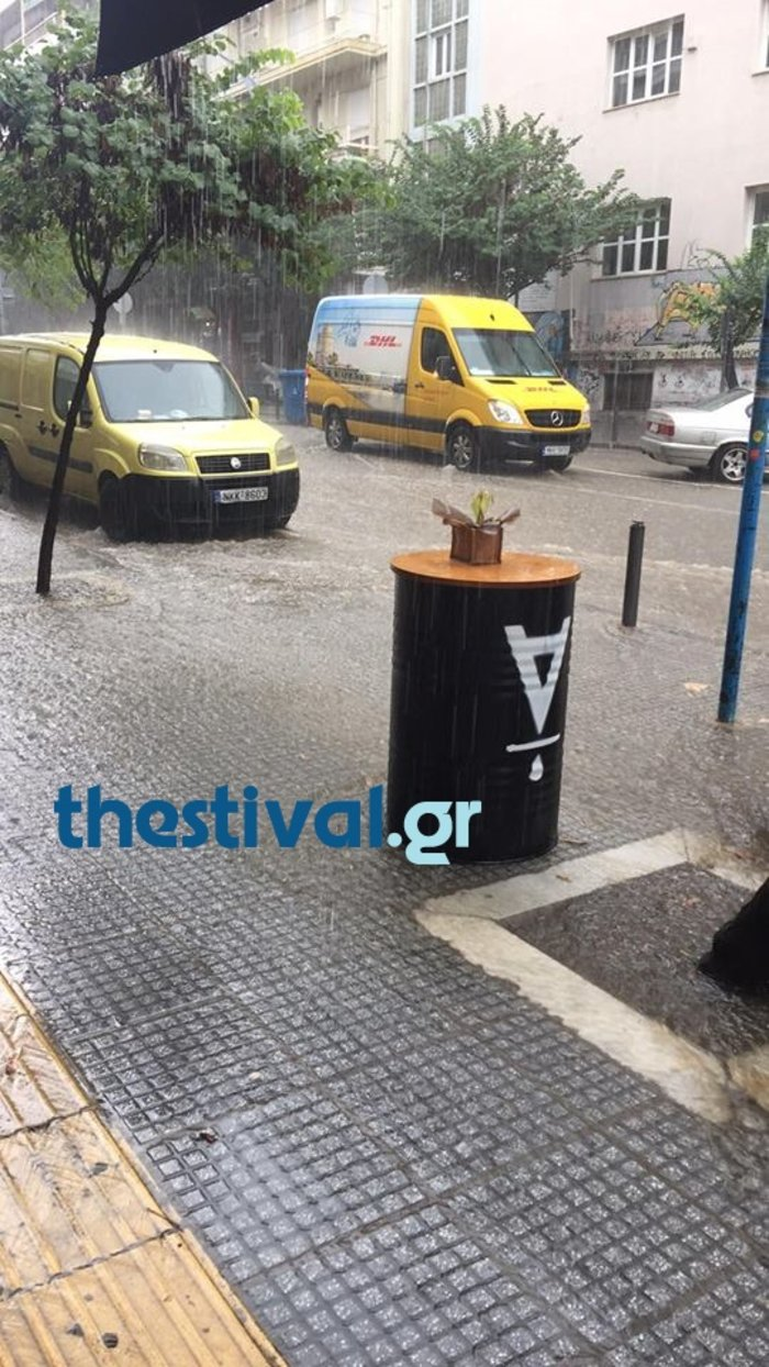 Ισχυρή καταιγίδα και δρόμοι ποτάμια στο κέντρο της Θεσσαλονίκης