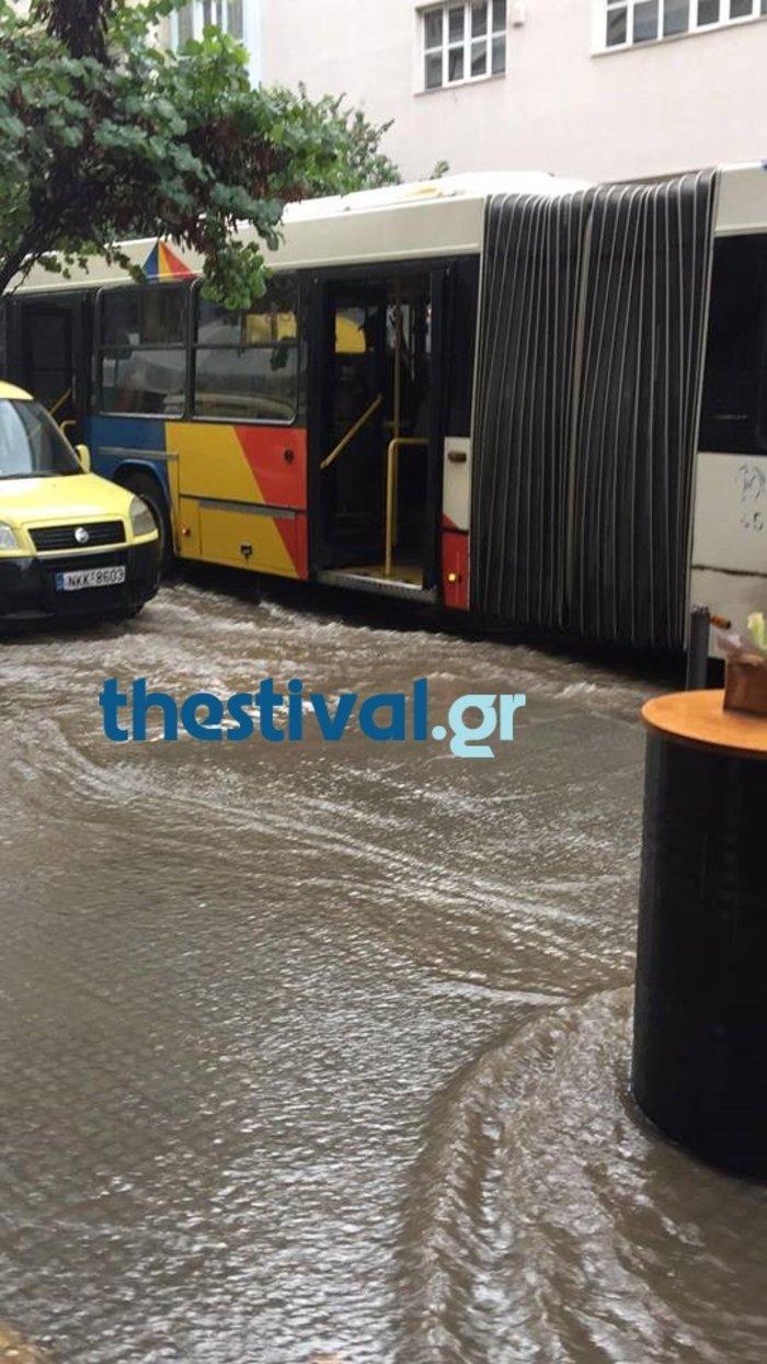 Ισχυρή καταιγίδα και δρόμοι ποτάμια στο κέντρο της Θεσσαλονίκης - εικόνα 2