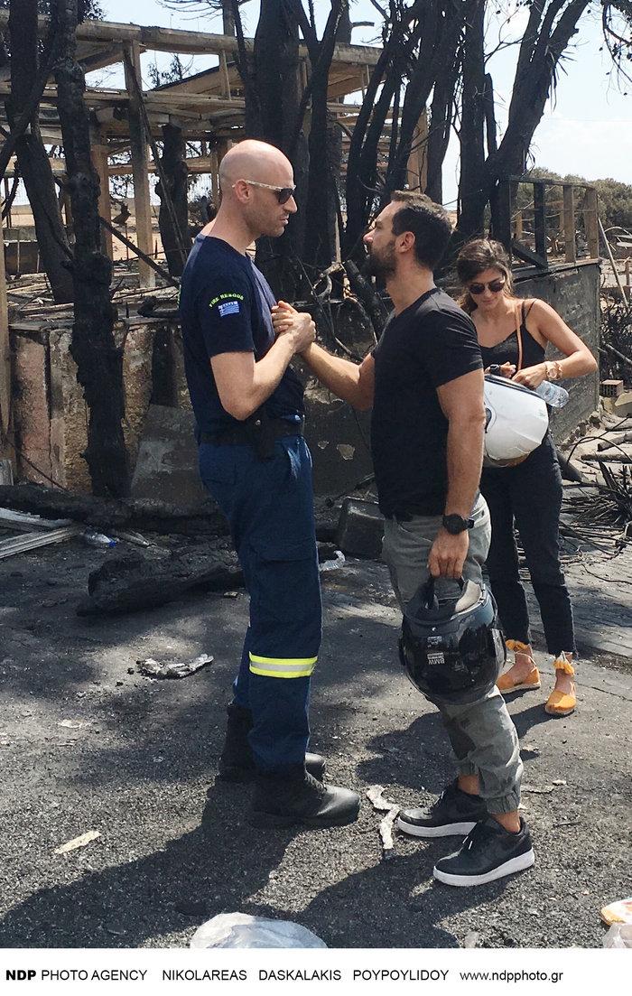 Ο Τανιμανίδης δίπλα στους πυροσβέστες: «Οι ήρωες που πάλεψαν με το θηρίο»