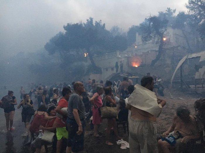 Η τραγωδία στο Μάτι σε νέες εικόνες και βίντεο: Αγκαλιά μέσα στη θάλασσα - εικόνα 4