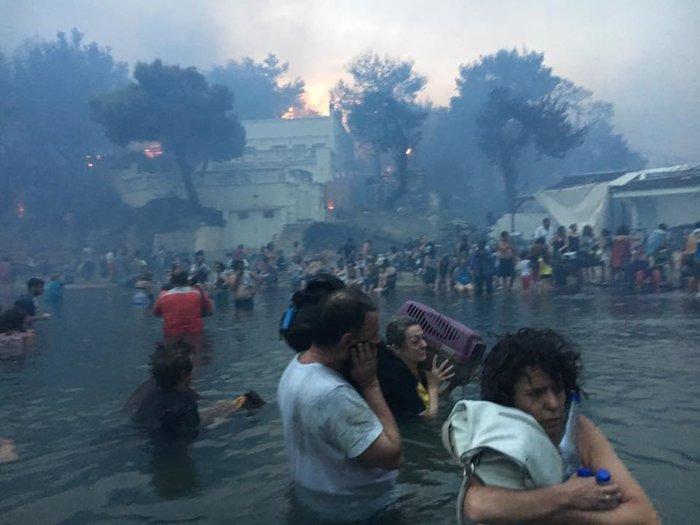 Η τραγωδία στο Μάτι σε νέες εικόνες και βίντεο: Αγκαλιά μέσα στη θάλασσα - εικόνα 5