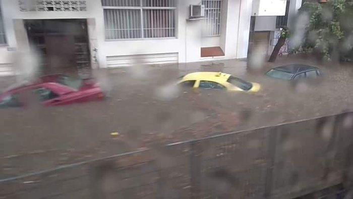 Τα αυτοκίνητα βούλιαξαν έξω από τον ηλεκτρικό σταθμό στον Περισσό [Βίντεο] - εικόνα 3