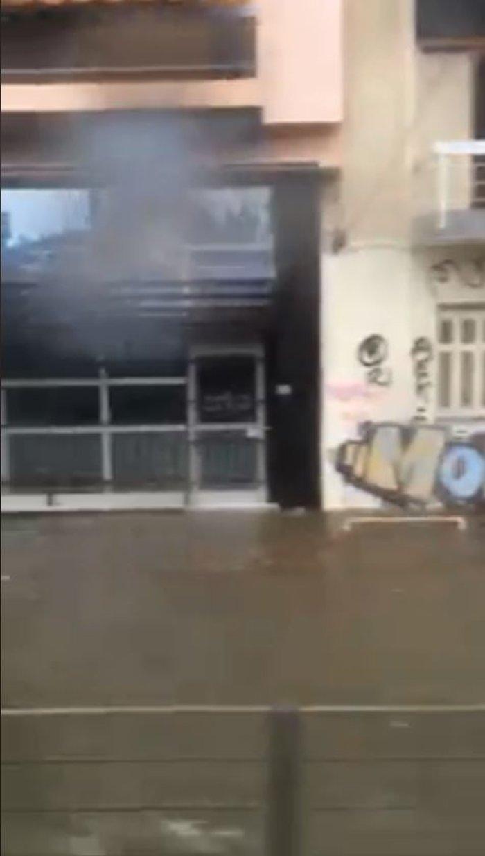 Τα αυτοκίνητα βούλιαξαν έξω από τον ηλεκτρικό σταθμό στον Περισσό [Βίντεο] - εικόνα 2