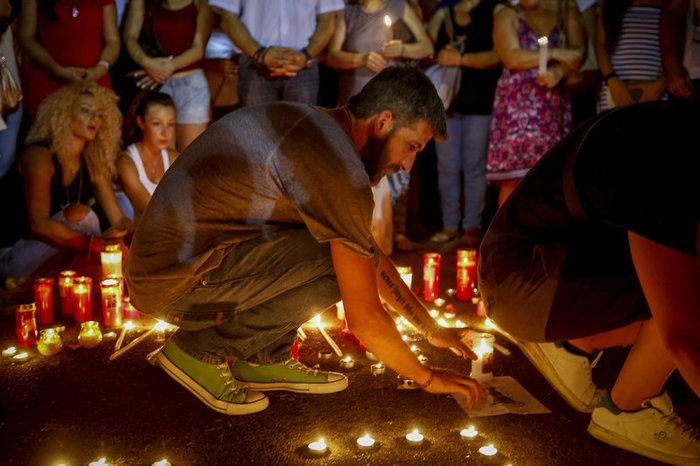 Πλήθος κόσμου στο Σύνταγμα για τους νεκρούς στο Μάτι -φωτό - εικόνα 3