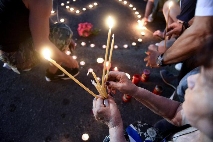 Πλήθος κόσμου στο Σύνταγμα για τους νεκρούς στο Μάτι -φωτό - εικόνα 2