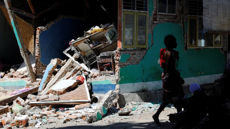 indonisia-toulaxiston-98-oi-nekroi-apo-ton-isxuro-seismo