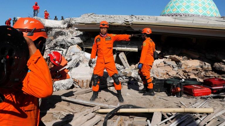 stous-319-oi-nekroi-apo-ton-seismo-stin-indonisia-fwto