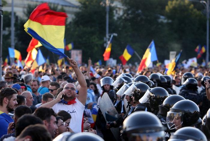 Εκατοντάδες τραυματίες σε βίαιες διαδηλώσεις στη Ρουμανία (φωτό)