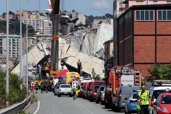 Γένοβα: Μάχη με τον χρόνο από τα σωστικά συνεργεία στη γέφυρα (φωτό)