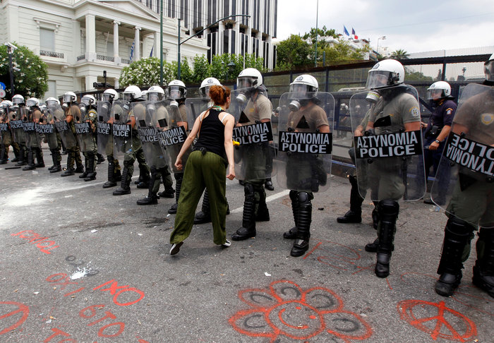 Reuters: Τα χρόνια των μνημονίων σε 40 συγκλονιστικές εικόνες - εικόνα 11
