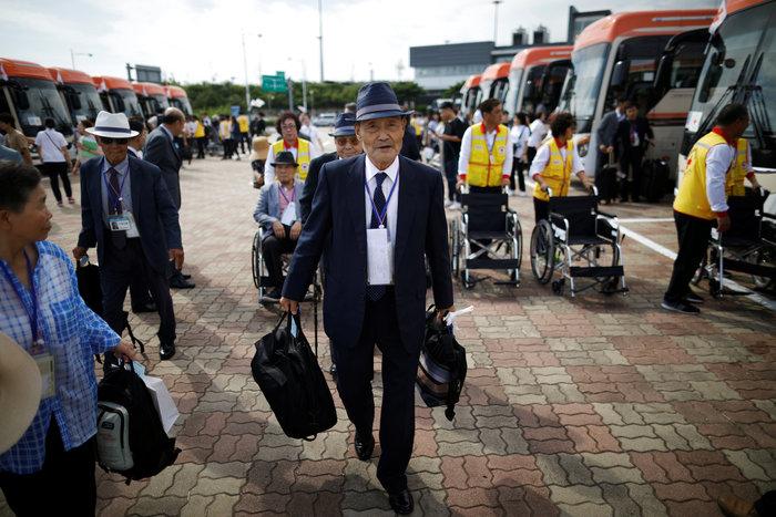 Νοτιοκορεάτες είδαν για πρώτη φορά συγγενείς τους στη Β. Κορέα [φωτό]
